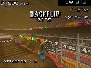 Voer tijdens het racen gevaarlijke stunts uit met de vierpuntstoets en verwen het publiek.