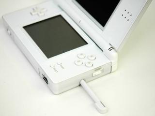 De ds lite heeft een stylus die je kan gebruiken om het onderste touchscreen te bedienen.